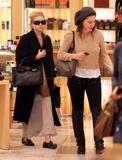 Olsen twins (Сестры Олсен: Мэри-Кейт и Эшли) - Страница 3 Th_06487_olsen112309_05_122_498lo